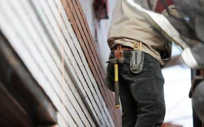carpenter wearing the best work pants